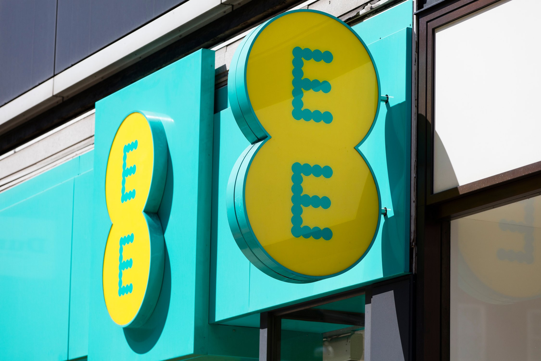 Is EE down? Four major networks are reportedly suffering outages right now, including EE