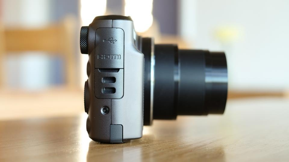 Canon SX720 HS side