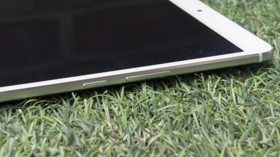 Huawei MediaPad M3 right side ports